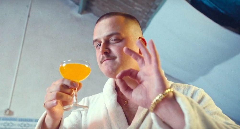 glintz-nous-sert-un-verre-de-lemonade-money-videoclip